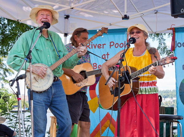 Mel and Vinnie singing  with Pete Seeger